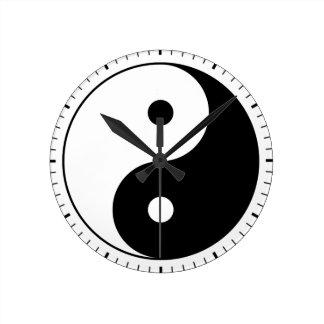 インおよびヤン(陰陽、陰陽) -道教徒の記号 ラウンド壁時計