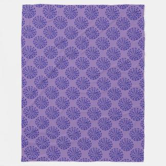 インディゴの紫色の濃紺のストライプのな円パターン フリースブランケット