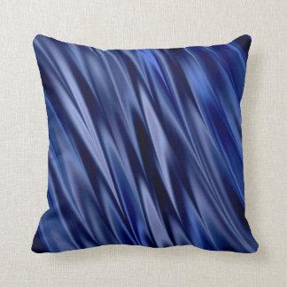 インディゴ及びすみれ色の青いサテンのスタイルは縞で飾ります クッション