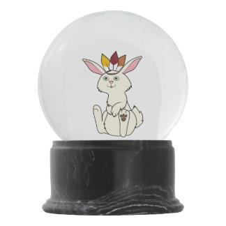 インドの頭飾りが付いている感謝祭のクリーム色のウサギ スノーグローブ