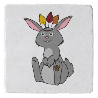 インドの頭飾りが付いている感謝祭の灰色のウサギ トリベット