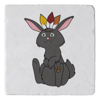 インドの頭飾りが付いている感謝祭の黒いウサギ トリベット