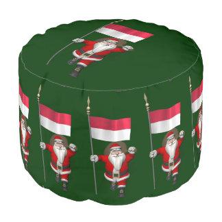 インドネシアの旗を持つサンタクロース プーフ