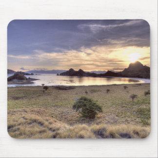 インドネシアのKomodoの国立公園。 1つの日没 マウスパッド