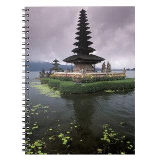 インドネシア、バリ島のUlun Danuの寺院 ノートブック