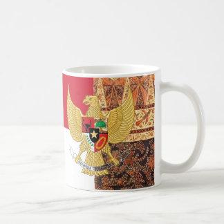 インドネシア- Garuda Pancasilaのろうけつ染めの旗の紋章 コーヒーマグカップ