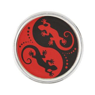 イン及びヤンのヤモリの黒の赤 + あなたの背景のアイディア ラペルピン
