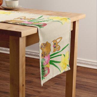 イースターのウサギおよびラッパスイセンの休日のテーブルのランナー ショートテーブルランナー
