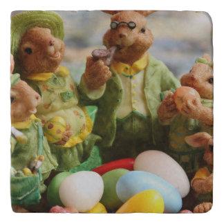 イースターのウサギのウサギの家族および卵 トリベット