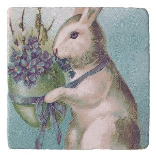 イースターのウサギの保有物によって着色される卵 トリベット