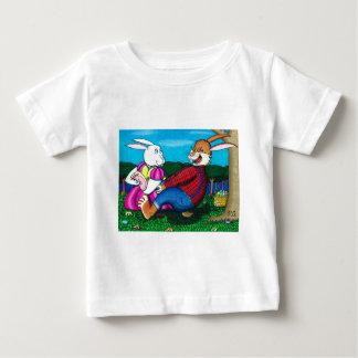 イースターのウサギの足のくすぐり ベビーTシャツ