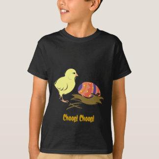イースターひよこおよび色彩の鮮やかな卵 Tシャツ