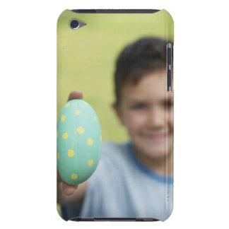 イースターエッグのアウトドア(焦点を保持している男の子(8-9) Case-Mate iPod TOUCH ケース