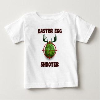 イースターエッグの射手、おもしろいなイースターシカのギフトのdesgin ベビーTシャツ