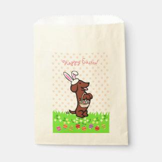 イースターエッグの赤く滑らかな髪のダックスフントの好意のバッグ フェイバーバッグ