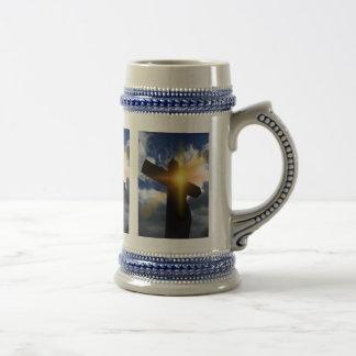 イースター日の出サービスのキリスト教の十字 ビールジョッキ