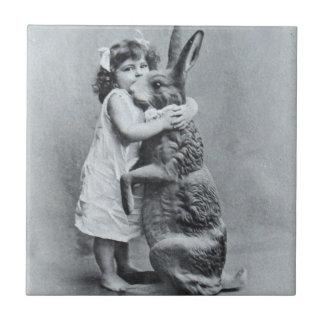 イースター旧式な郵便はがきのビクトリアンな女の子のバニー タイル