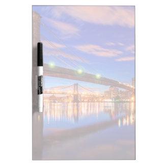 イースト・リバーのブルックリン橋、マンハッタン ホワイトボード
