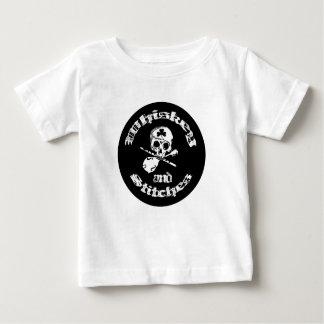 ウィスキーおよびステッチベビーおよび幼児のティー ベビーTシャツ