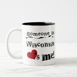 ウィスコンシンの誰かは私を愛します ツートーンマグカップ