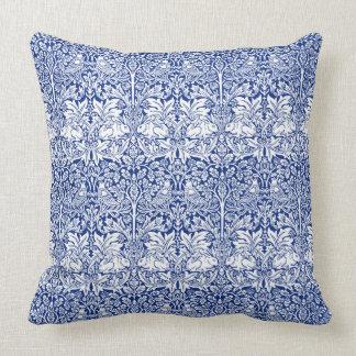 ウィリアム・モリスの兄弟のウサギの青いヴィンテージパターン クッション