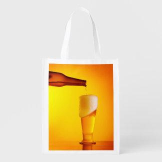 ウェイターの注ぐビール、冷たい飲み物のガラス エコバッグ