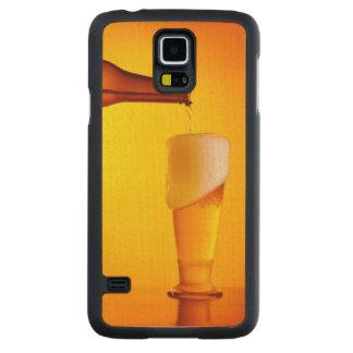 ウェイターの注ぐビール、冷たい飲み物のガラス CarvedメープルGalaxy S5スリムケース