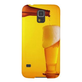 ウェイターの注ぐビール、冷たい飲み物のガラス GALAXY S5 ケース