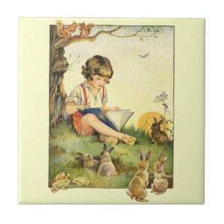 ウサギが付いている木の下の男の子の読書 タイル