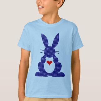 ウサギのシルエット、青い背景の白の星 Tシャツ