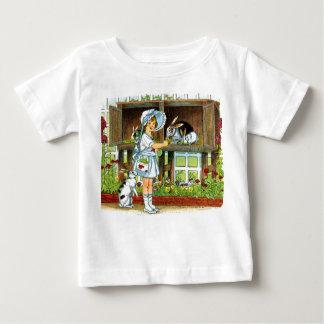 ウサギのワイシャツを食べ物を与えているボンネットの女の子 ベビーTシャツ