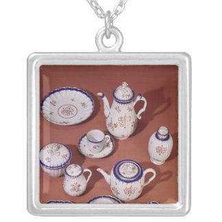 ウスターのモノグラムのな茶サービスの一部分 シルバープレートネックレス