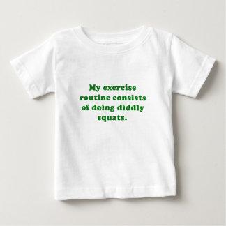 エクササイズルーチンはDiddlyの隠れ家をすることから成っています ベビーTシャツ