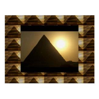 エジプトのピラミッドによる日没: ヴィンテージの建築 ポストカード