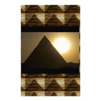 エジプトのピラミッドによる日没: ヴィンテージの建築 便箋