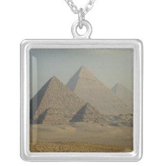 エジプト、ギーザ、ギーザのピラミッドの複合体、ギーザのプラトー シルバープレートネックレス