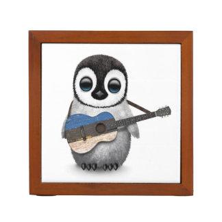 エストニア語の旗のギターを演奏している赤ん坊のペンギン ペンスタンド