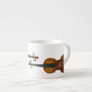 エスプレッソのコップで再生されるStradivariのバイオリンのデュオ エスプレッソカップ