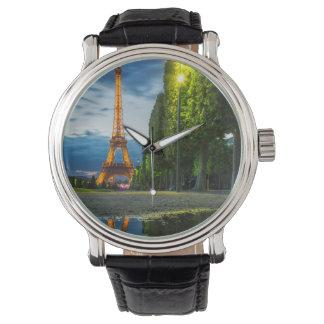 エッフェル塔の下の薄暗がりの反射 腕時計