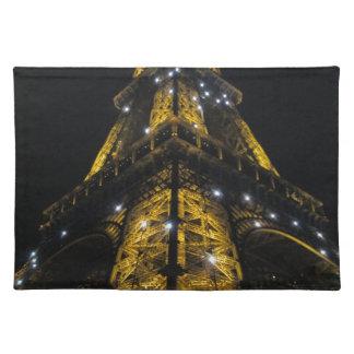 エッフェル塔のNightimeの黄色灯-パリ、フランス ランチョンマット