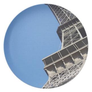 エッフェル塔、パリ、フランスの低い角度眺め プレート