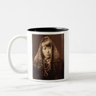 エドワードカーティス著Acomaの女性の身に着けているジュエリー ツートーンマグカップ