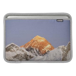 エベレスト、ネパールの薄暗がり MacBook スリーブ