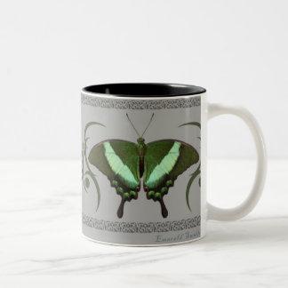 エメラルドのアゲハチョウのマグ ツートーンマグカップ