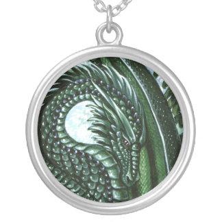 エメラルドのドラゴンのネックレス シルバープレートネックレス