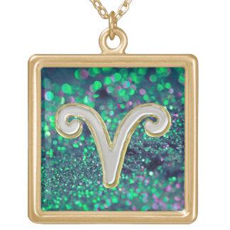 エメラルドグリーンのグリッターのホワイトゴールドの牡羊座の(占星術の)十二宮図の印 ゴールドプレートネックレス