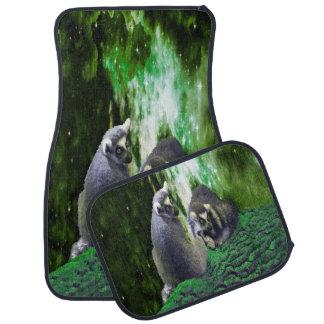 エメラルドグリーンの小山のLemurs カーマット