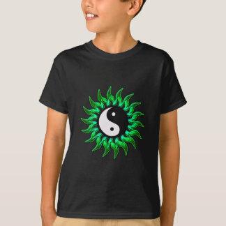エメラルドグリーンの燃えるような陰陽日曜日 Tシャツ