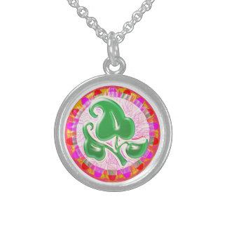 エメラルドグリーンの葉の宝石: 純銀製 スターリングシルバーネックレス