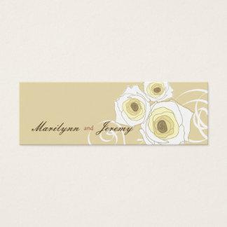 エレガントでシックなクリーム色のバラ及び渦巻の結婚祝いのラベル スキニー名刺